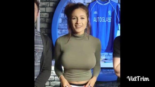 Braless Breasty Hotty che mostra i suoi pantoons esposti con tettarelle rigide